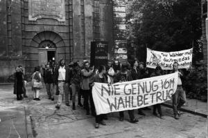 """Robert-Havemann-Gesellschaft/ Hans-Jürgen Röder. """"Demonstration gegen den Wahlbetrug vor der Sophienkirche, Berlin, 7. Juni 1989"""""""