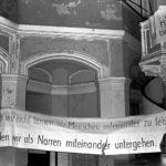 Mahnwache für die verhafteten Mitglieder der Umweltbibliothek in der Zionskirche, Prenzlauer Berg Berlin-Ost 1987 © Ann-Christine-Jansson