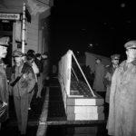 Polizisten aus Westberlin stehen Grenzsoldaten der DDR gegenüber. In der Nacht zum 40. Jahrestag der DDR wurde die Mauer  am Grenzübergang Checkpoint Charlie extra verstärkt und bewacht. Berlin 6- 7.10. 1989 © Ann-Christine Jansson