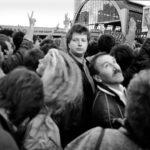 Als ein Zeichen heben die Demonstranten ihre Hände bei einer illegalen Demonstration gegen Wahlbetrug und für demokratische Reformen am Tag der Feier des 40. Jahrestages der DDR.  Alexanderplatz Berlin Ost 7.10.1989 © Ann-Christine Jansson