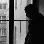 Christian Halbrock, Oppositioneller in der DDR und Mitbegründer der Umwelt-Bibliothek, das Kommunikationszentrum der DDR-Opposition. Hier in seiner Wohnung in Prenzlauer Berg, Ost-Berlin 1987 © Ann-Christine Jansson