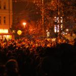 Tausende Menschen drängten sich entlang des ehemaligen Mauerstreifens für das Spektakel
